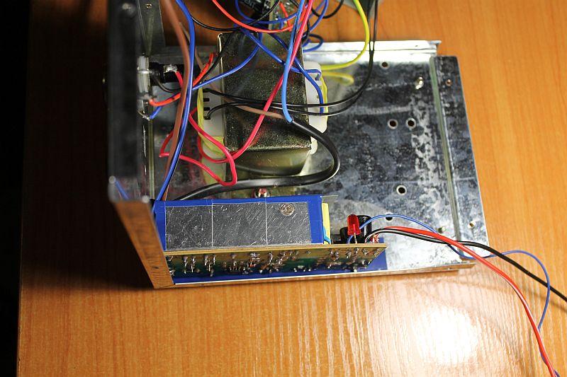 Разобранный PS-1502DD с закреплённым импульсным источником